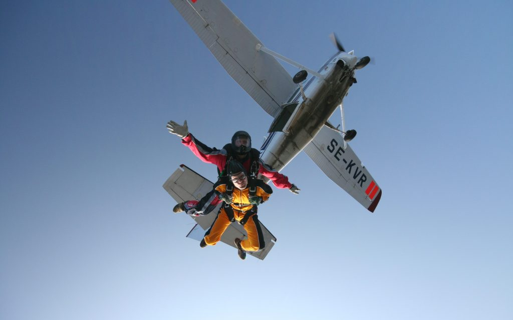 fallskarmsbakgrund Pump up the adrenaline with great outdoor activities