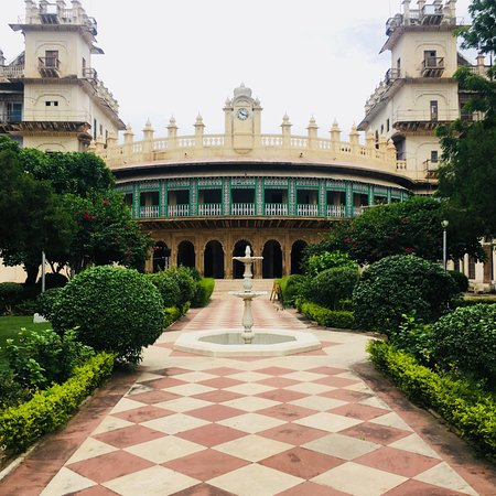 moti mahal front entrance Best Forts To Visit In Madhya Pradesh